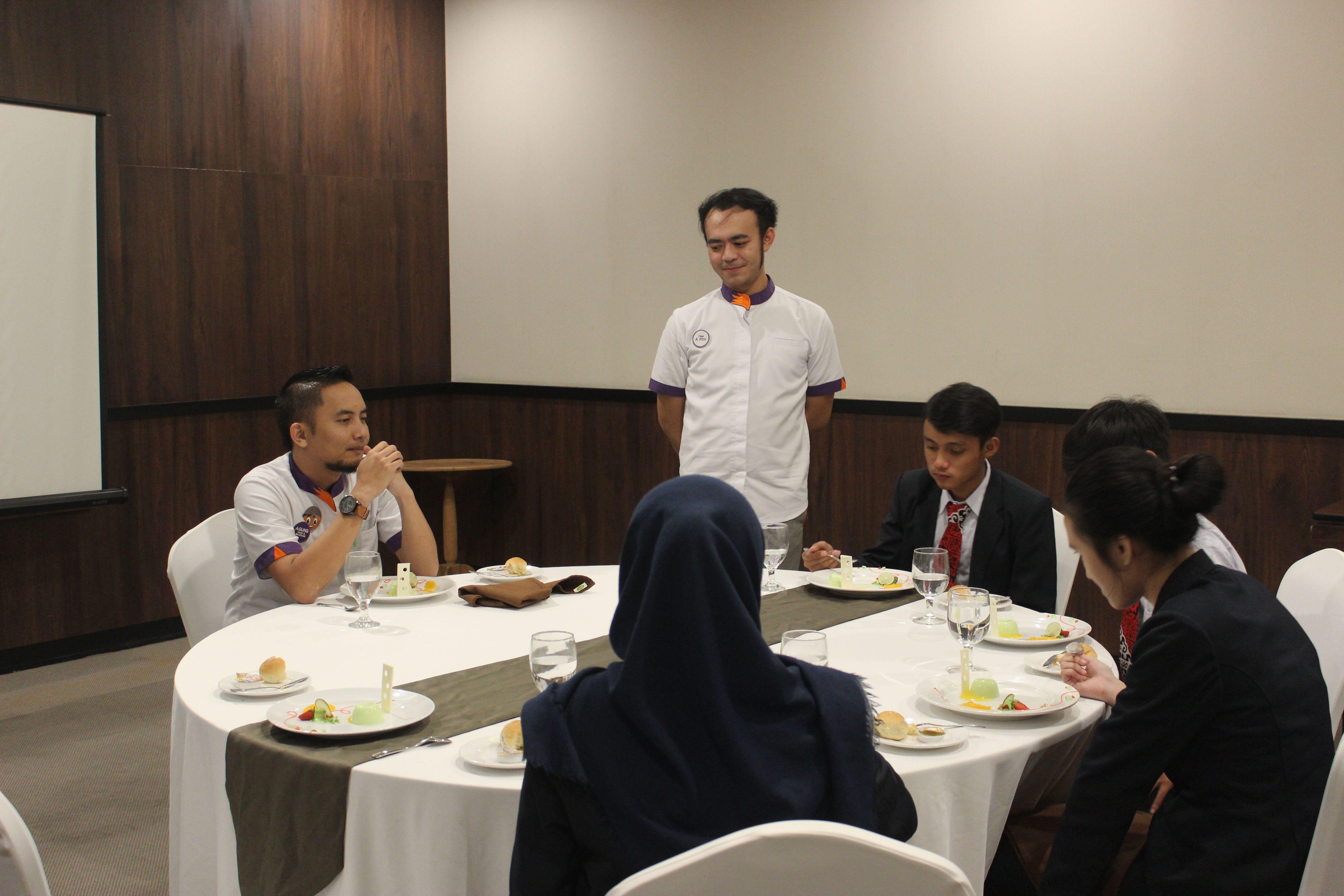 Mahasiswa Pariwisata Fakultas Ekonomi sedang melakukan kegiatan dan pembelajaran Table Manner di fox Harris hotel Bandung